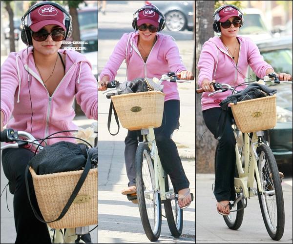 _ Vanessa qui s'arrête faire des courses au Trader's Joe à Los Angeles le 27 Septembre. _