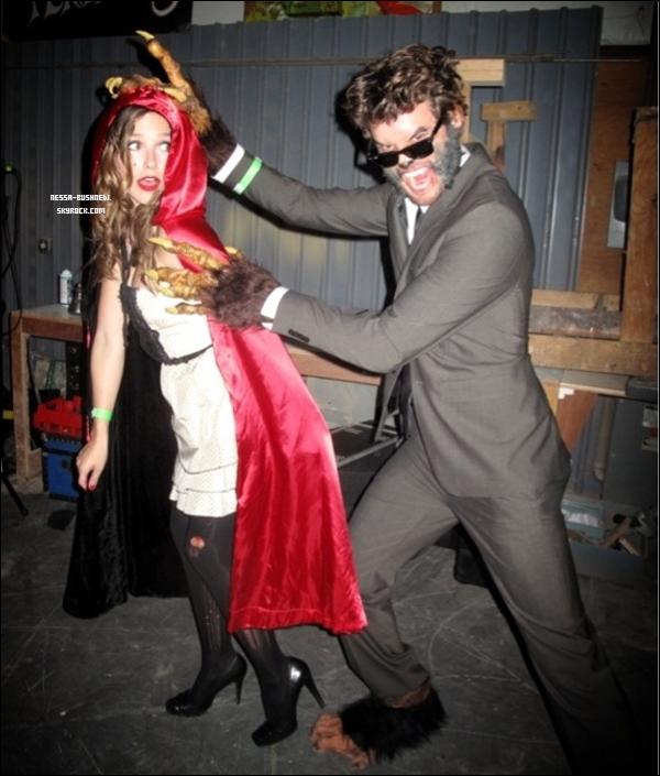 _ Sophia déguisée en petit chaperon rouge en compagnie d'Austin le soir d'Halloween. Tu aimes son déguisement ? _