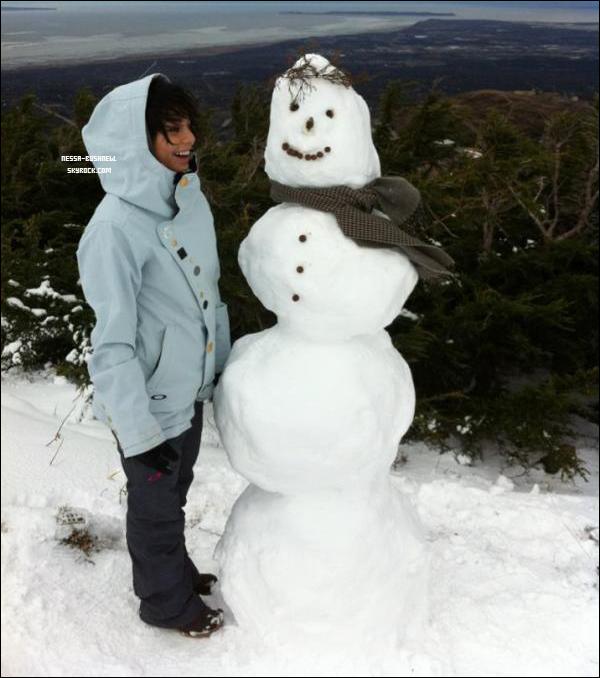 _ Photo de Vanessa postée sur son facebook lors d'une pause tournage en Alaska cette semaine. _