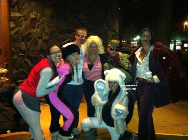 """_ 31.10 : Vanessa fêtant Halloween avec des membres de l'équipe de son film """"Frozen Ground"""" en Alaska. _"""