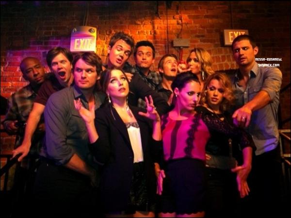 _ Photos de Sophia et le cast de One Tree Hill sur le tournage du dernier épisode la semaine dernière. _