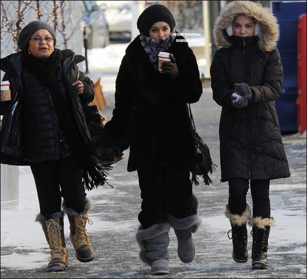 _ Vanessa, Stella et Gina Hudgens se rendant au Snow City Cafe en Alaska le 17 novembre. _