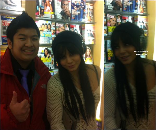 _ Vanessa à l'aéroport avec un fan dans un magasin en route pour Los Angeles en début de semaine. _