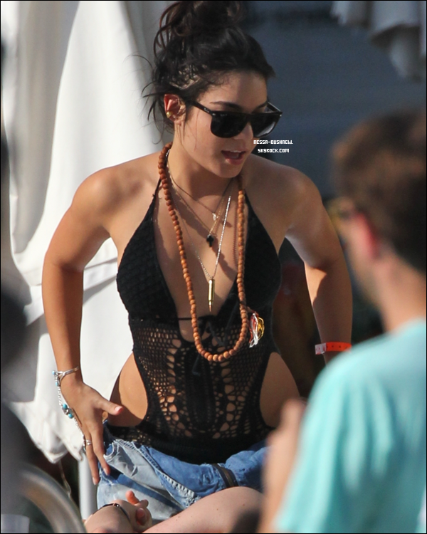 _ Vanessa, Austin Butler et des amis au bord de la piscine de leur hôtel à Miami le 28 décembre. _