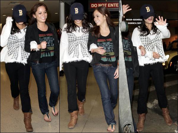 _ Vanessa et Kim Hidalgo à l'aéroport de Lax à Los Angeles, rentrant de leur séjour le 1er janvier. _