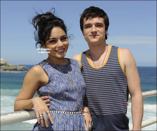 _ Vanessa et Josh qui font un photocall sur la plage de Bondi toujours en Australie le 18 janvier. _