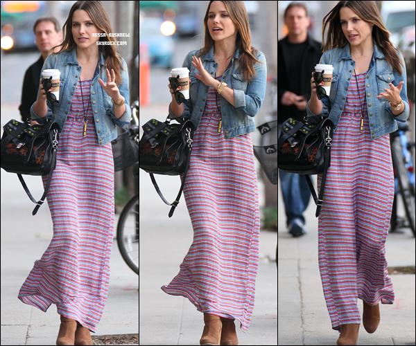 _ Sophia qui sort avec des amis à Venice Beach le 24 janvier. Tu aimes sa tenue ? _