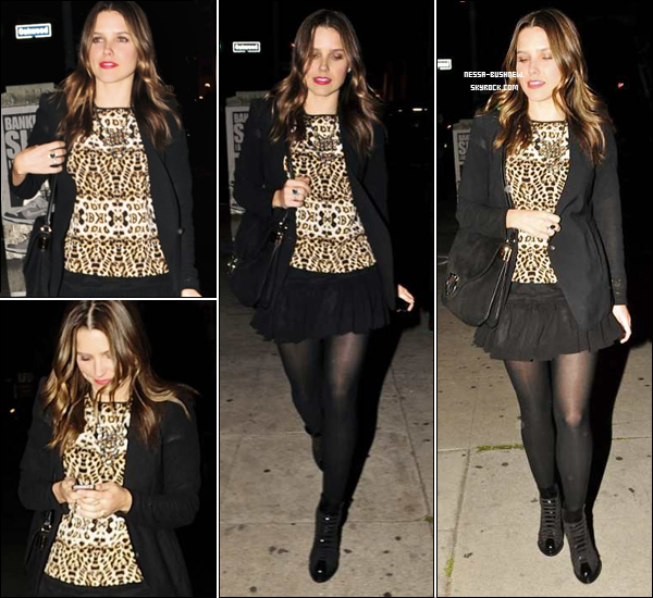 _ Sophia quittant le Roger Room à Hollywood le 8 mars. ____________Tu aimes sa tenue ? _