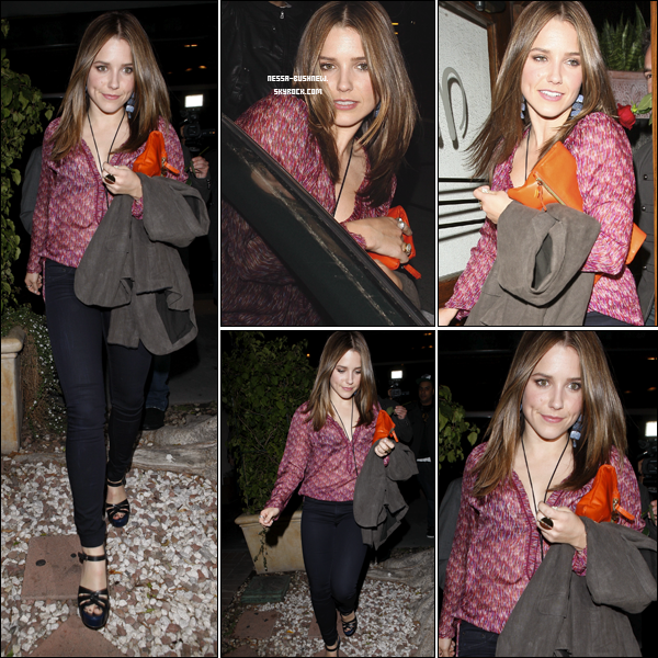 """_ Sophia quittant le restaurant """"Madeo"""" à Beverly Hills dans la soirée du 16 mars. _"""