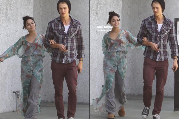 _ 09.04 : Vanessa et Austin Butler quittant le Studio Cafe après y avoir déjeuné à Los Angeles. _