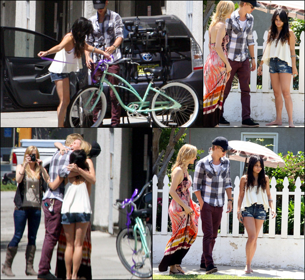 _ Vanessa qui offre un cadeau à la mère d'Austin avec celui-ci à Los Angeles le 6 mai. _