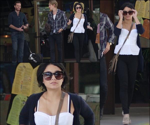 """_ Vanessa allant déjeuner avec Gina et Stella au Ca' Del Sole Ristaurante"""" à Los Angeles le 11 mai. _"""