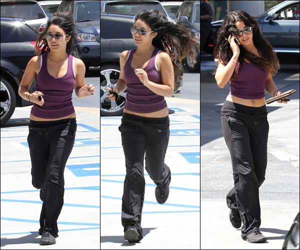 _ Photos provenant du site de Vanessa / Vanessa allant à la station service à Los Angeles le 21 mai. _