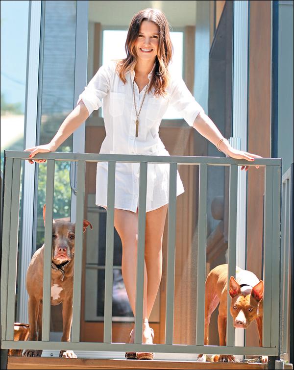 """_ Sophia dans le magazine """"Healthy Pet"""" en compagnie de 2 de ses chiens. Les photos sont magnifiques ! ♥ _"""
