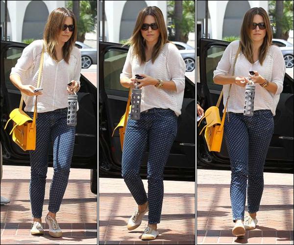 _ Sophia au Neimann Marcus dans la journée du 25 juillet. Que penses-tu de sa tenue ? _