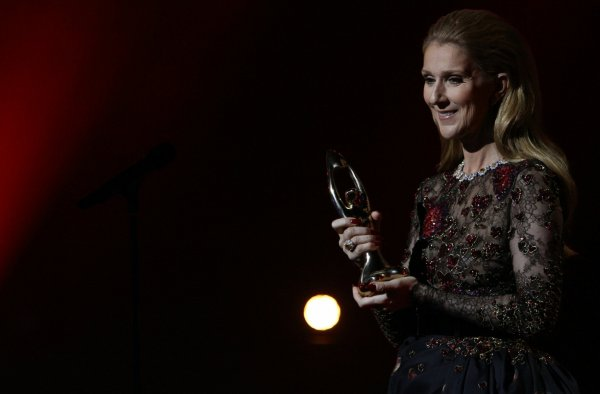 """.  30/10/2016 : Céline reçevait un prix d'honneur pour son mari par l'ADISQ    Elle a chanté """" Avec le temps """" De Léo Ferré.[/font=Arial]    ."""