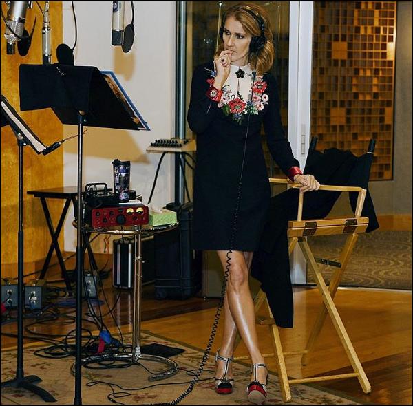 .  17/11/2017 : Céline nous postait une photo d'elle toujours en studio, ça bosse dur!   Photo par Denise Truscello. Céline a un look très classe et sexy![/font=Arial]    .