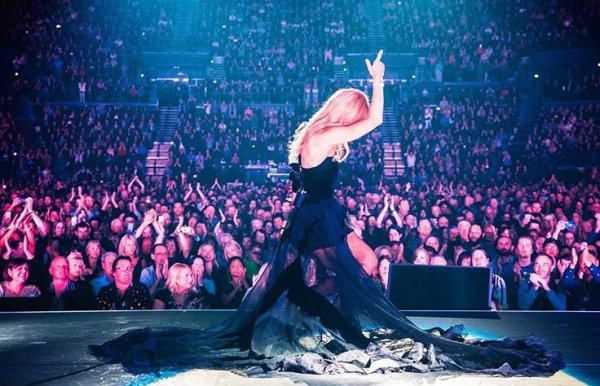 .  14/08/2018 :Céline a terminé sa tournée estivale! Elle a fait sa dernière date à Auckland! ♥  .