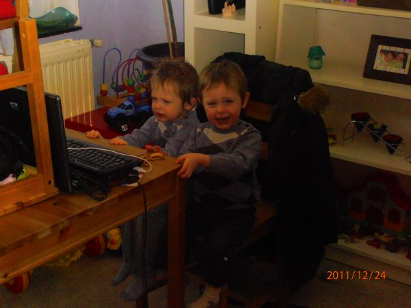 Noel 2011, Mes neveux sur l'ordi x'D
