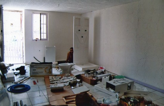 Après La Pose De Plaques De Polystyrène Au Plafond Et Les