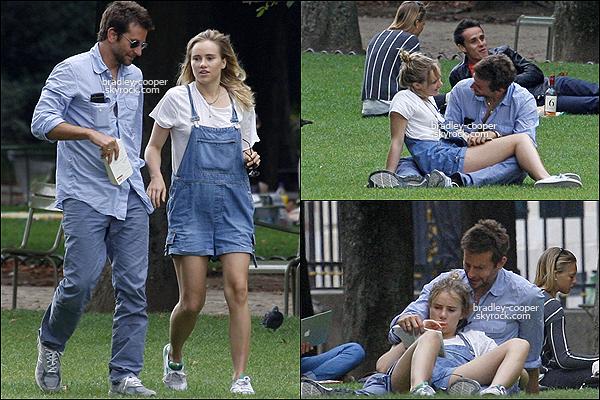 25/08/13 : Bradley passait un moment romantique avec sa petite-amie, Suki dans un parc à Paris, France. Comme nous pouvons le voir le couple est très câlin, et montrent un bonheur évident malgré leurs différence d'âge...