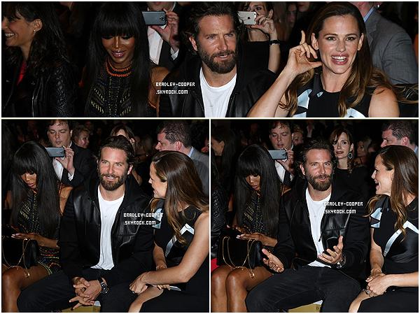 03/07/16: Bradley a été vu avec Jennifer Garner au fashion show de l'Atelier Versace pendant la Fashion Week à Paris. - Notre Cooper était à côté de Naomi Campbell, il a d'ailleurs profité pour parler à son ancienne co-star de la série Alias. -