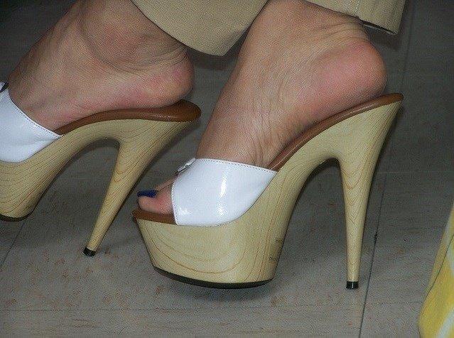 Belle paire de mules et jolis pieds
