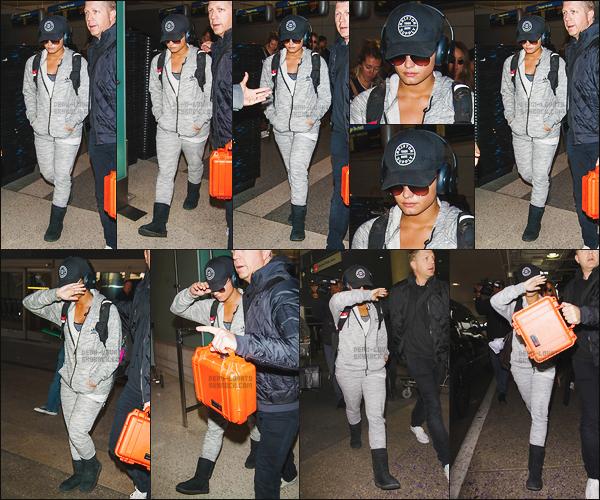 . 15.01.17 — Demi Lovato, casque sur les oreilles, à été aperçu sortant de l'aéroport de « LAX » à Los Angeles, CA !   D. s'était rendu au Kenya avec des amis pour la construction d'une école et pour passer du bon temps. Pas d'avis particulier sur la tenue.  .