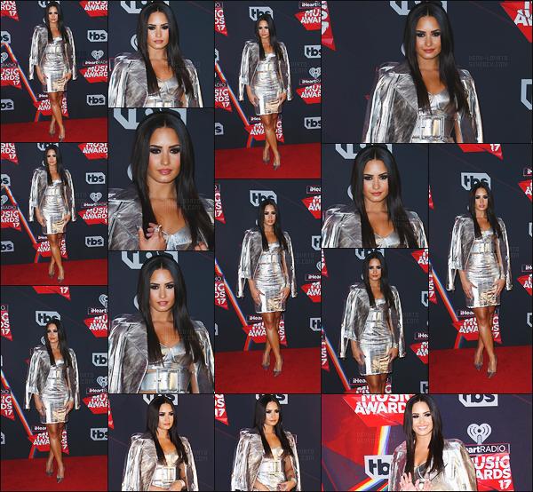 . 05.03.17 —  Demi Lovato était présente sur le tapis rouge des « HeartMusicAwards » à Los Angeles, Californie!    Notre chanteuse a été donné un prix. J'aime beaucoup cette tenue totale look métallique, ça lui va très bien. Le make-up est très jolie ! .
