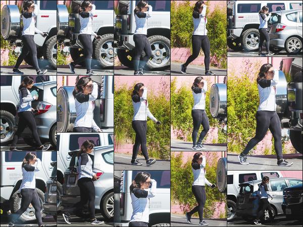 . 06.03.17 —  Demi Lovato a été photographiée alors qu'elle quittait sa séance de    Ju-jitsu dans West-Hollywood, CA !  Belle Lovato a annoncé qu'elle pratiquait ce sport depuis plus d'un an. Je n'ai pas d'avis personnel sur cette tenue vue que c'est sportif. .