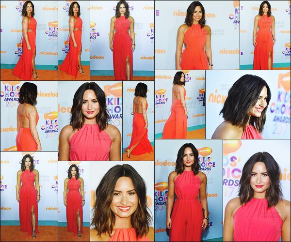 . 11.03.17 —  Demi Lovato était présente sur le tapis orange de la cérémonie des « Kids Choice Awards 2017 » à LA !   Nous pouvons remarqué que miss Demi est de retour avec les cheveux mi-long. Comment dire à qu'elle point elle est sublime, j'aime ! .
