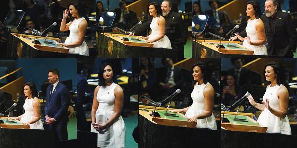 . 18.03.17 —  Demi Lovato lors de la conférence de presse de « Schtroumpfs: Le Village Perdue. » - à New York !  Plus tard notre chanteuse a été vue arrivant à une autre conférence ! J'aime beaucoup sa robe, elle est tellement belle notre Demi Lovato. .