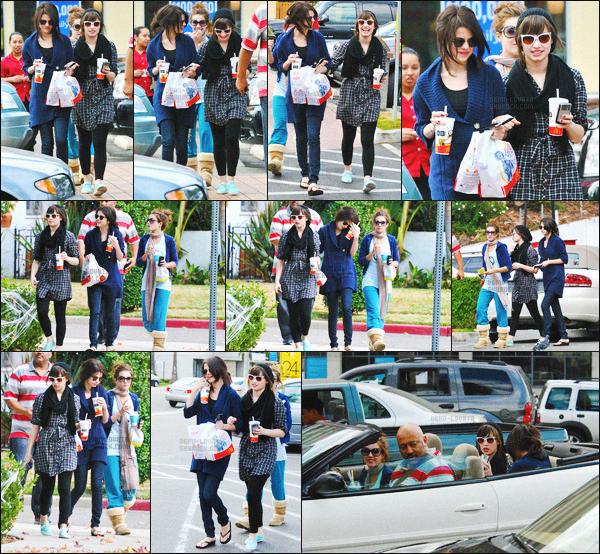 . 01.11.08 — Demi Lovato était en compagnie de sa meilleure amie Selena Gomez, quittant un McDonald's à L-A !   J'aime beaucoup cette sortit, l'amitié Delena me manque vraiment beaucoup.. Elles étaient accompagnée d'une amie et d'un body-guard. .