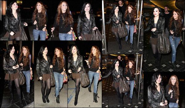 . 02.02.10 — Demi Lovato à été photographiée alors qu'elle sortait d'un restaurant se situant dans la ville de L-A !   La belle chanteuse était en compagnie de son amie Miley Cyrus ! J'aime beaucoup ce candid les filles sont magnifique et très complice. .