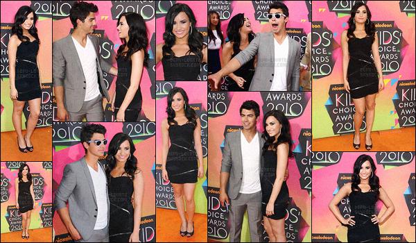 . 27.03.10 —  Demetria Lovato était présente sur le tapis orange des « Kids' Choice Awards » - à Los Angeles,CA !  La jeune chanteuse s'était vêtue d'une robe noir, j'aime beaucoup ! Elle a également posé avec les Jonas principalement avec Joe Jonas. .