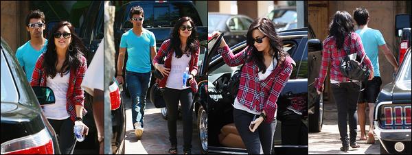 . 24.04.10 — Demi Lovato à été photographiée alors qu'elle quittait la maison de Joe Jonas dans Los Angeles, CA !   Un peu plus tard, la jeune chanteuse a rejoint la belle  Miley Cyrus ! Un réelle coup de coeur pour ce candid, D.Lovato est superbe, top. .