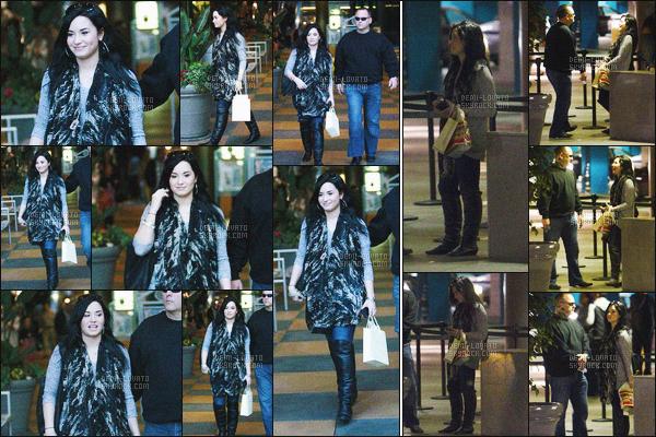- 30/01/11 : Demi Lovato, a été repérée alors qu'elle faisait les boutiques et vue après avoir dîner - à Los Angeles !   Miss D.Lovato était en compagnie de son garde du corps, ils ont étés vus ensuite rejoignant le parking. J'aime sa tenue je lui accorde un petit top. -