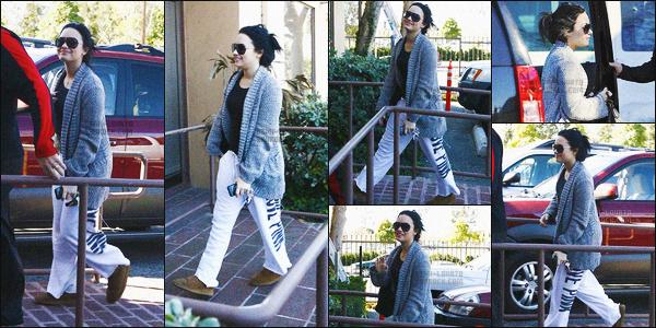-  02/02/11 : Demetria, très souriante, arrivait au centre « A New Journey » à Santa Monica - LA !  .