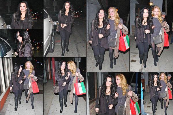 - 04/03/11 : En fin de journée, Demi Lovato et une amie ont été vus quittant le restaurant « Dan Tana's »  - à LA !     La chanteuse avait l'aire de bonne humeur et très souriante. J'aime beaucoup sa tenue malgré qu'il n'y a pas de couleur, un gros top pour ma part. -