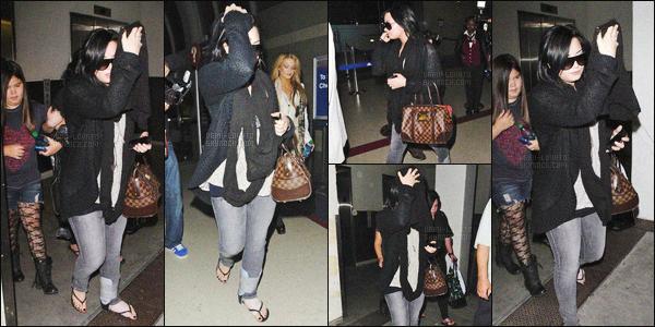 - 14/03/11 : Demetria Lovato, avec une entorse à la cheville, ainsi que sa famille et de Marissa, arrivaient à LA !   Après quelques jours de repos au Texas, miss Demi revenait dans la ville où elle habite. La chanteuse n'avait pas l'air de vouloir voir les paparazzis.  -