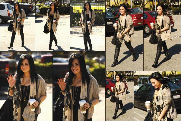 - 28/01/11 : Demi Lovato café à la main, avait été photographiée dans les rues de Santa Monica - en Californie !   C'était sa toute première sortie de l'année après sa cure. Je trouve Demi tellement sublime sur ces photos. J'aime sa tenue je lui accorde un top ! -