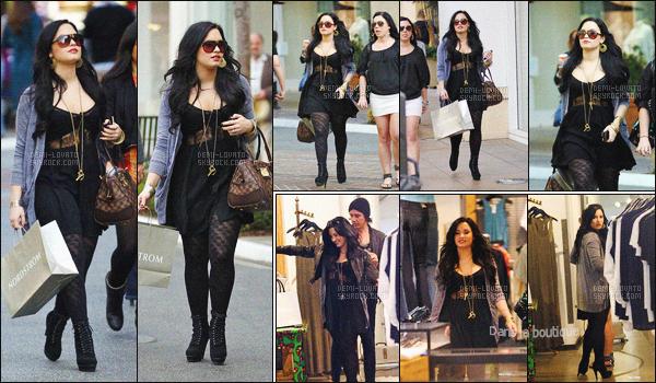 - 16/03/11 : Demi, et sa meilleure amie Marissa ont été vus faisant du shopping dans la ville de - Los Angeles !   Nous avont vue que la cheville de la chanteuse allait mieux. J'aime bien sa tenue qui est très foncé encore une fois, mais ont connait tous ses goût.   -