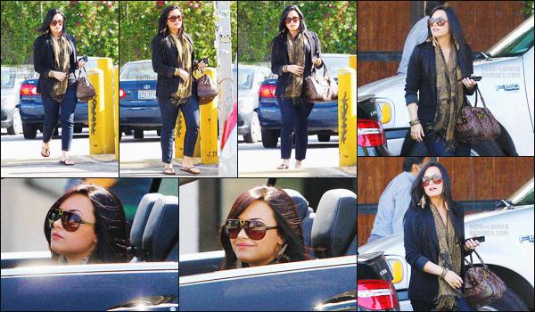 . 21.04.11 — La magnifique Demi Lovato a été photographiée dans les rues de Studio City dans - Los Angeles, CA !   Juste avant elle est allée dans un salon de détente, et dans une boutique de prêt-à-porter. J'aime beaucoup sa tenue, pour moi c'est un top. .