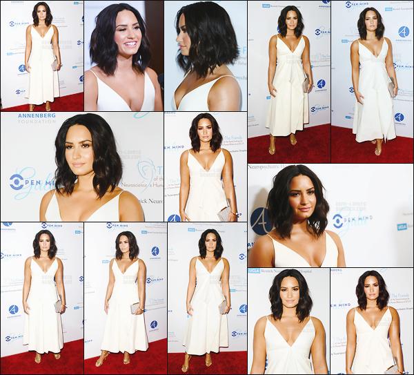 . 22.03.17 —  La belle Demi Lovato était présente à l'événement du « Open Mind Gala » se situant à Beverly Hills  !  J'aime énormément la robe blanche de notre chanteuse, cette couleur lui va super bien, j'aime beaucoup son maquillage et ses cheveux ! .