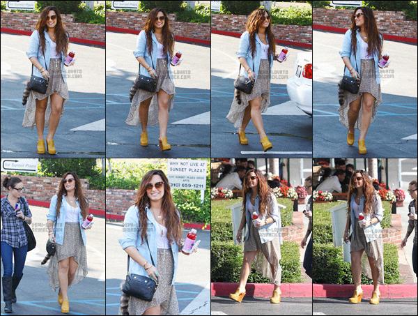 . 17.11.11 — Demi Lovato a été vue quittant la boutique « Bcbg Azria » se situant dans la ville de Beverly Hills, CA!  J'aime voir Demi avec ce grand sourire,sa tenue est vraiment jolie, la jupe s'accorde parfaitement bien et ses lunettes sont super . Un top. .
