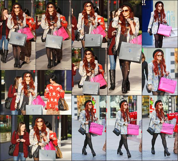 . 13.12.11 — Demi' Lovato a été aperçu en pleine séance shopping au Westfield Mall situer dans Century City. J'aime beaucoup la tenue de Demi, excepté les collants.  Sinon niveau cheveux avec le jolie chapeau et la tenue qui lui va a merveille c'est parfait !  .