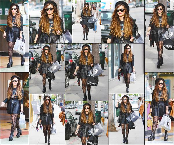 . 04/10/11 : Miss Demi Lovato a été aperçu en  une bonne séance de shopping situer dans les rues de  Studio City. C'est une tenue très gothique que nous présente Demi Lovato mais qui lui va bien tout de même. J'aime beaucoup ses cheveux et son chapeau aussi !  .