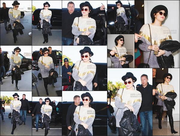 . 07.12.12 —  Demetria Lovato était à l'aéroport international de « LAX » pour un vol en direction de Washington DC !   Elle s'était envolée pour Washington, pour répéter le concert de Noël du 21 décembre. J'aime énormément son pull, un top pour moi. .