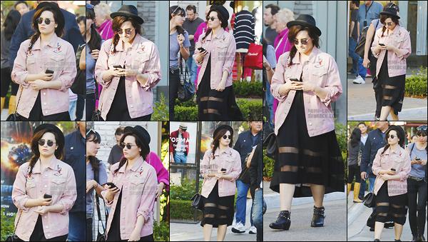 -  11.03.13 : Dans l'après-midi, Demi Lovato a été vue près du centre commercial The Grove. .