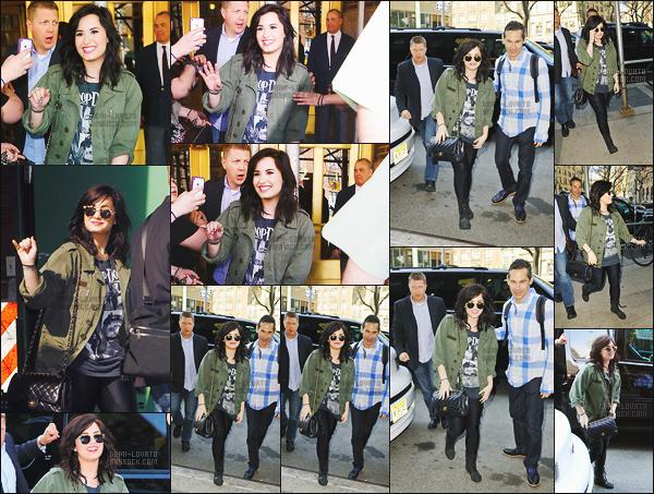. 10.04.13 — Miss Demi Lovato a été aperçue en train d'arriver dans les studios de Z100 situer en plein  New York.  Mlle Demi était souriante et était  très jolie dans sa tenue. J'aime beaucoup son haut tout comme sa veste et son pantalon est jolie. J'adore son sac !  .